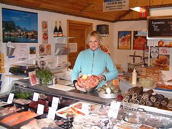 sjmat seafood sakrisy reine i lofoten fish shop 350x263